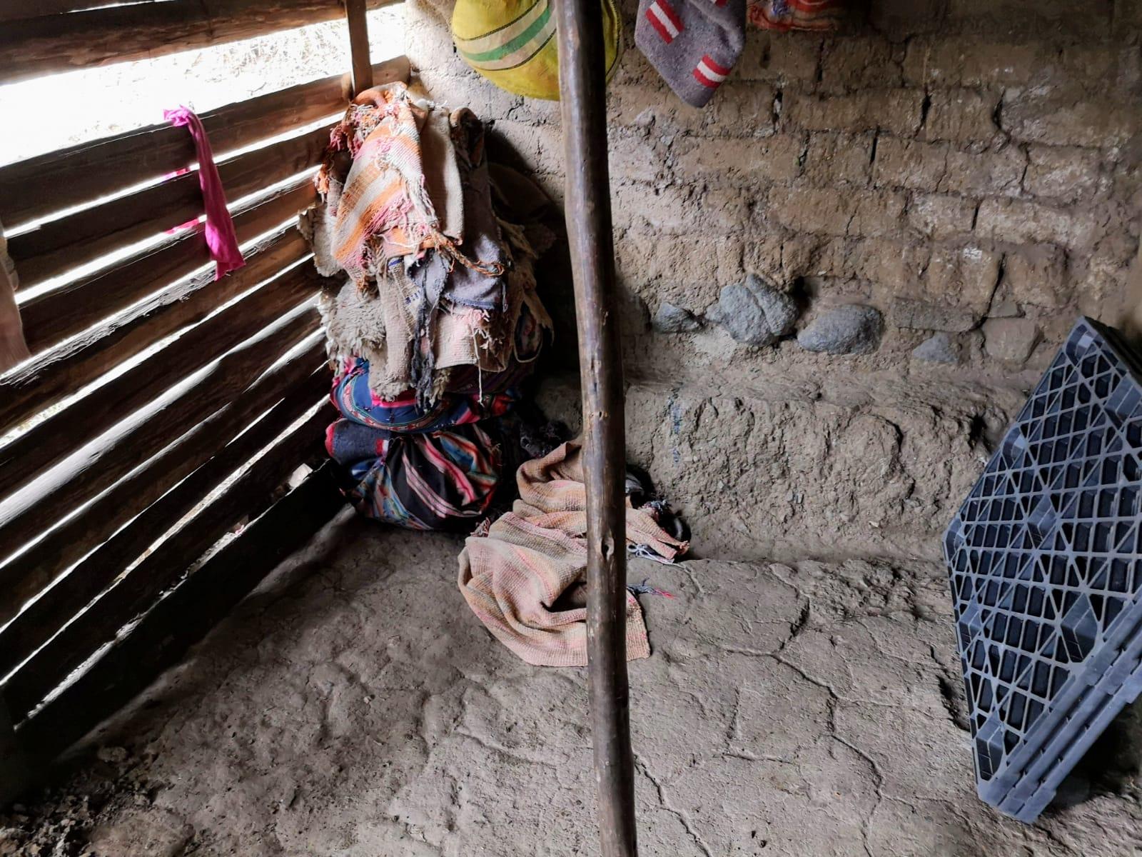 Hier haben die drei auf abgenutzen Schaffellen und schwerden Decken geschlafen - ohne Tür und richtige Wand.