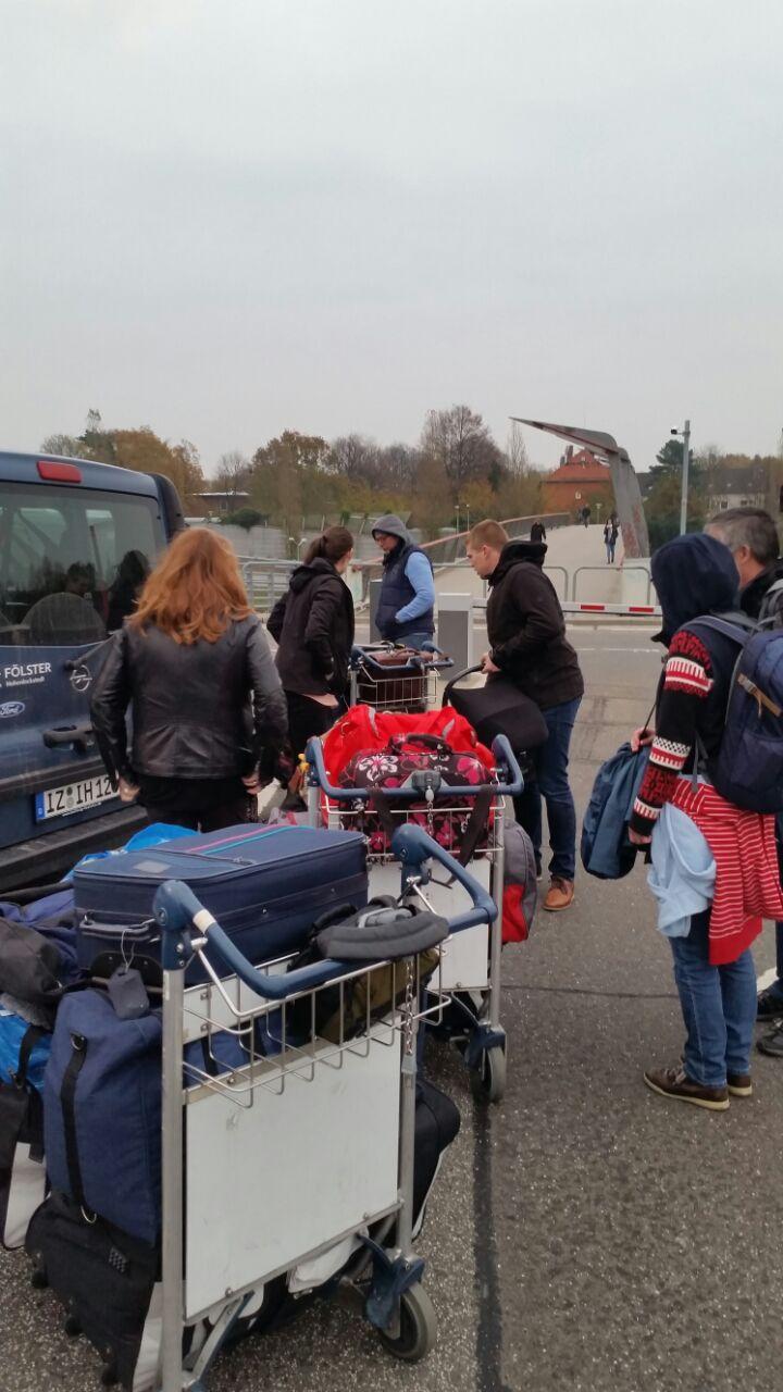 Donnerstagmorgen ging es los. Um kurz nach sieben fuhren wir mit 300 Kg Gepäck zum HH-Airport.