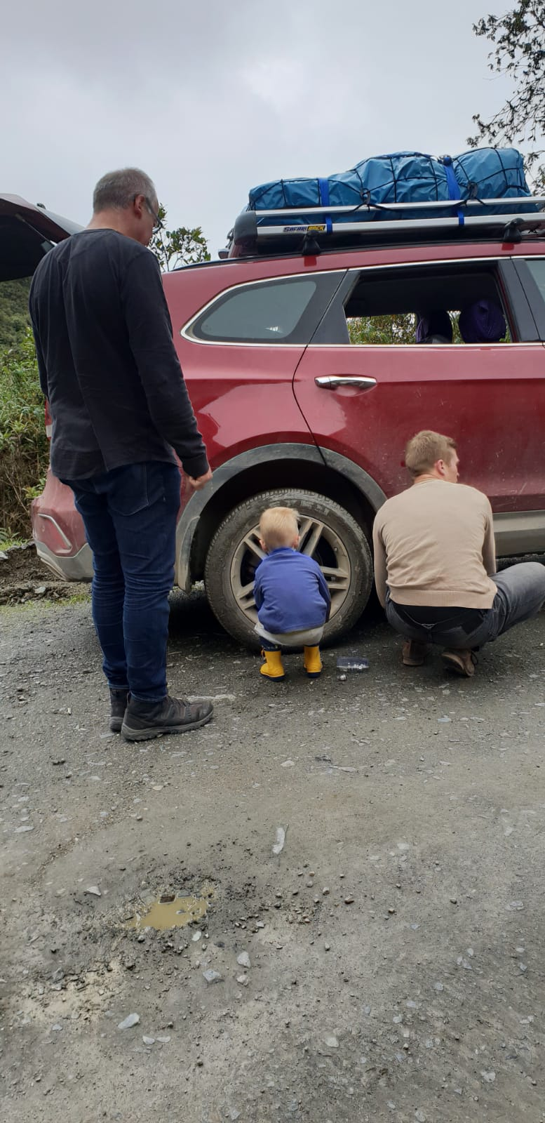 Reifenplatten auf dem Weg in den Dschungel. Die letzte Reifenreparaturmöglichkeit lag zwei Stunden hinter uns und die nächste erst am Ziel, das noch drei Stunden entfernt war.