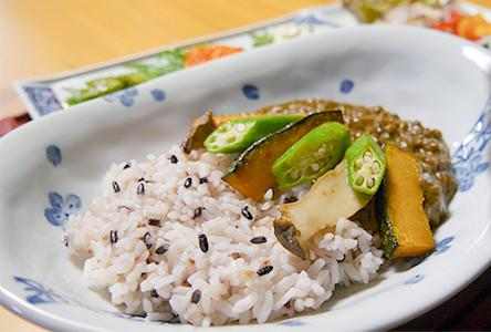 長崎の古民家カフェが提供する料理のイメージ画像 長崎の古民家カフェおすすめ、古代米(黒米)を食べて身体の中から美しく健康に