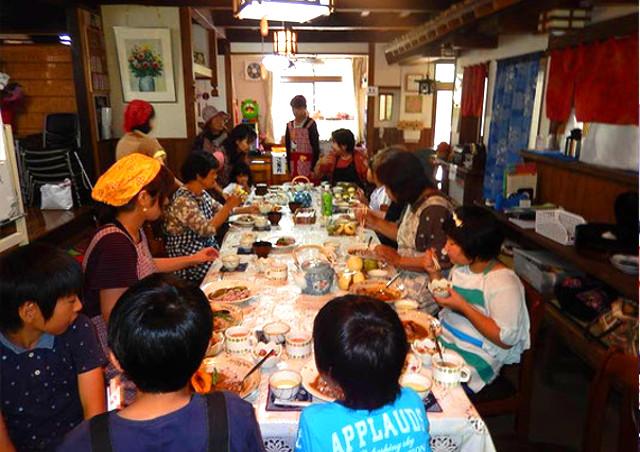 長崎の古民家カフェで民泊体験をする姿のイメージ画像 長崎で古民家のカフェをお探しなら佐世保の「とらいかん」へ!子供たち・海外の方に向けた田舎暮らしの宿泊体験も可能