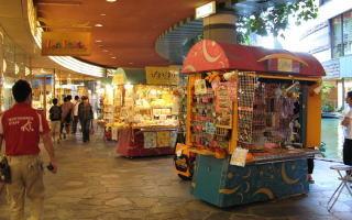拡幅された歩道にこういったワゴンタイプのお店が並べば、歩いて楽しくなり、回遊性も増すはず。