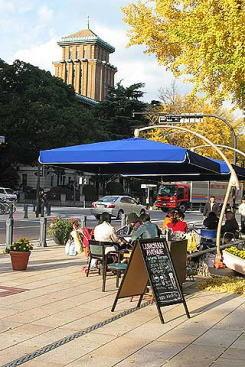 横浜市日本大通りのオープンカフェ(2005年、社会実験として実施)。沿道店舗が地先のテラス席を店舗の一部として経営している。(写真提供:arch-hiroshima)