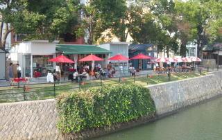 京橋川沿いに生まれた独立店舗型オープンカフェ。すべて民間経営。しかも河川敷に構造物を造っている…。