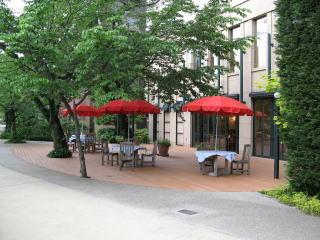 オープンカフェ(PART2)。この形態では、  ホテルフレックス(キャラントトロワ)、JALシティ広島(写真)、RCC文化センター、MUSIMPANENが営利目的のカフェを営業している。
