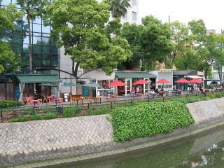 オープンカフェ(PART1)。ここには4店舗のカフェが連なり、地元名産「牡蠣」を取扱っているオイスターカフェもある。