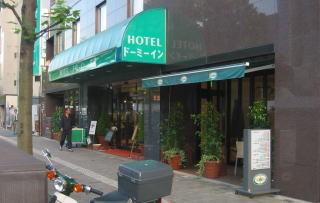 このホテルなどは、その気になれば明日からでもオープンカフェが実現できそう。