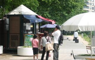 記念すべき「河岸緑地のオープンカフェ第一号」(元安川沿い)。第一号ということもあり、①実行委員会が運営(民間ではない)、②仮設店舗と、法の網をかいくぐった形で運営されている。