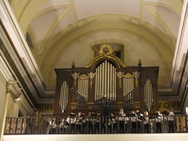 (世界平和記念聖堂にて。どれかが私です…)