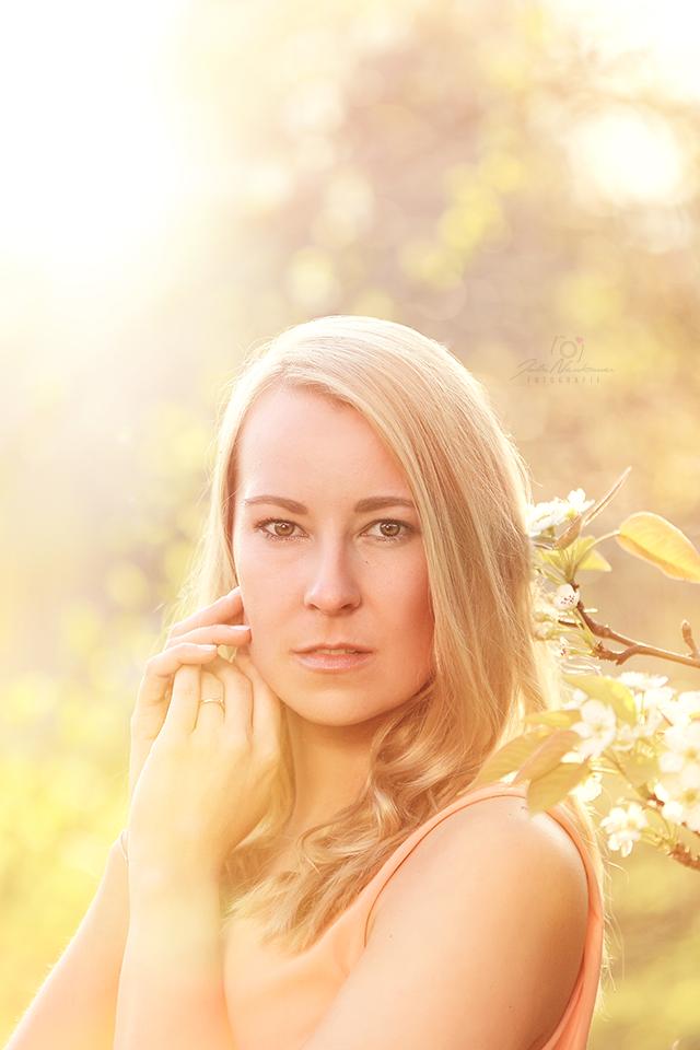 Portrait_Frau_Datteln_Blumen_Frühling_Fotografin Julia Neubauer