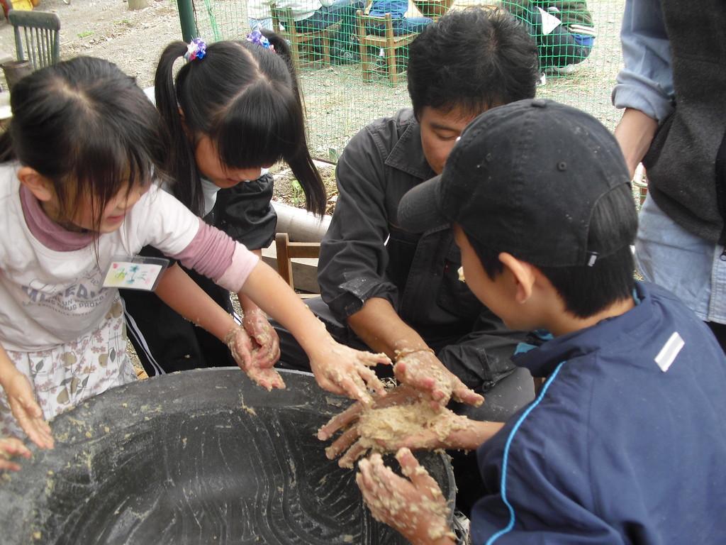 最後の一粒まで残さないように手を洗う前に握手しながらお互いの味噌をとっていきます。