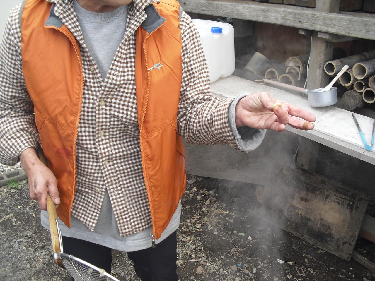 手の指で一番力の入らない左手の薬指と親指でつぶれるぐらいの柔らかさになるまで煮ると良いのだそうです。