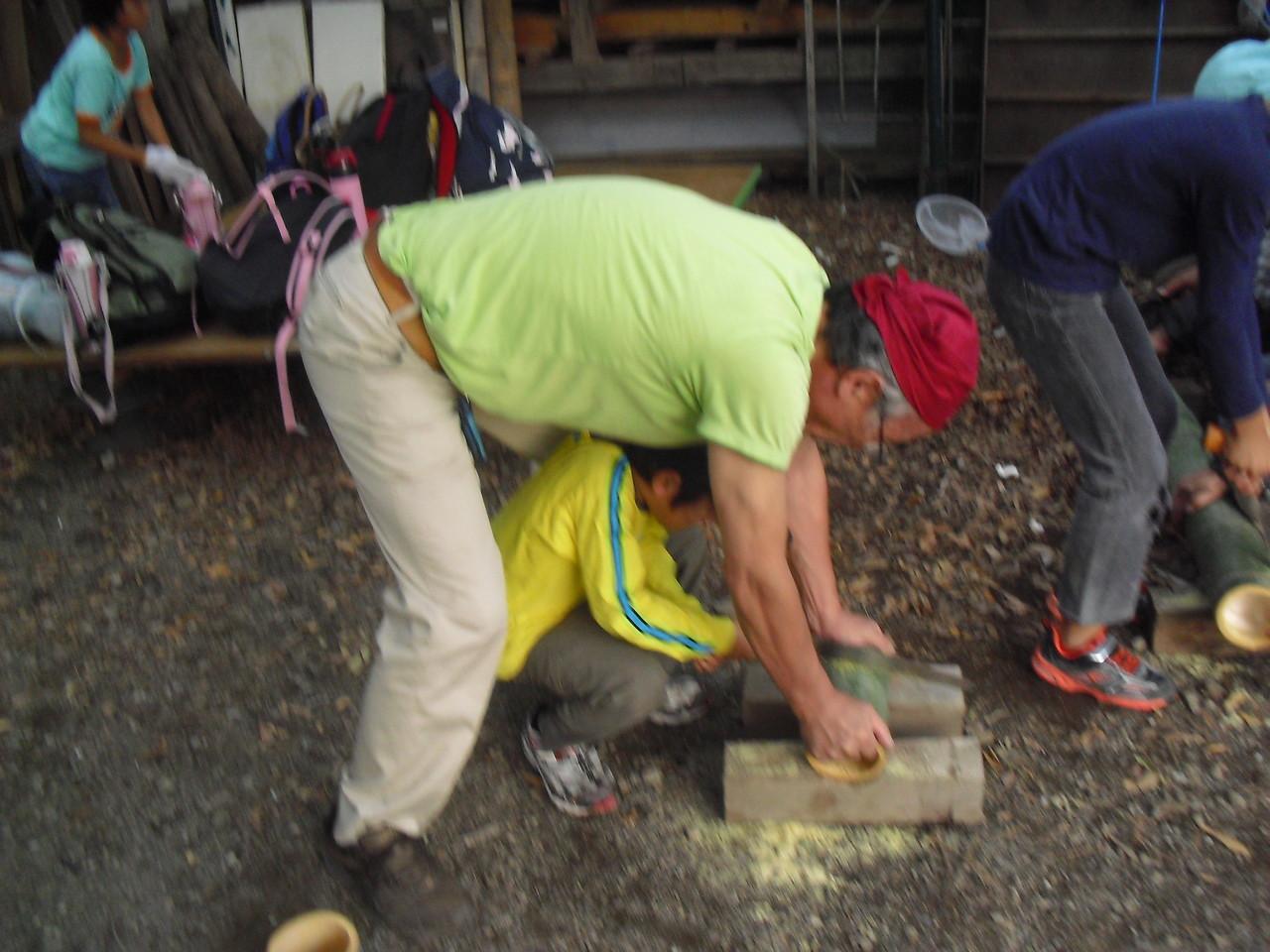 まずは竹を切って土台を作ります。