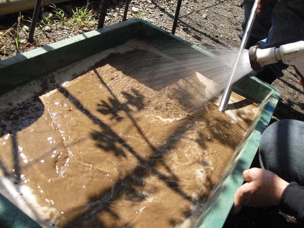 ふるった砂に水を入れかき混ぜ、2週間ほど置きます。この砂が何になるかはまた今度お話ししますね!