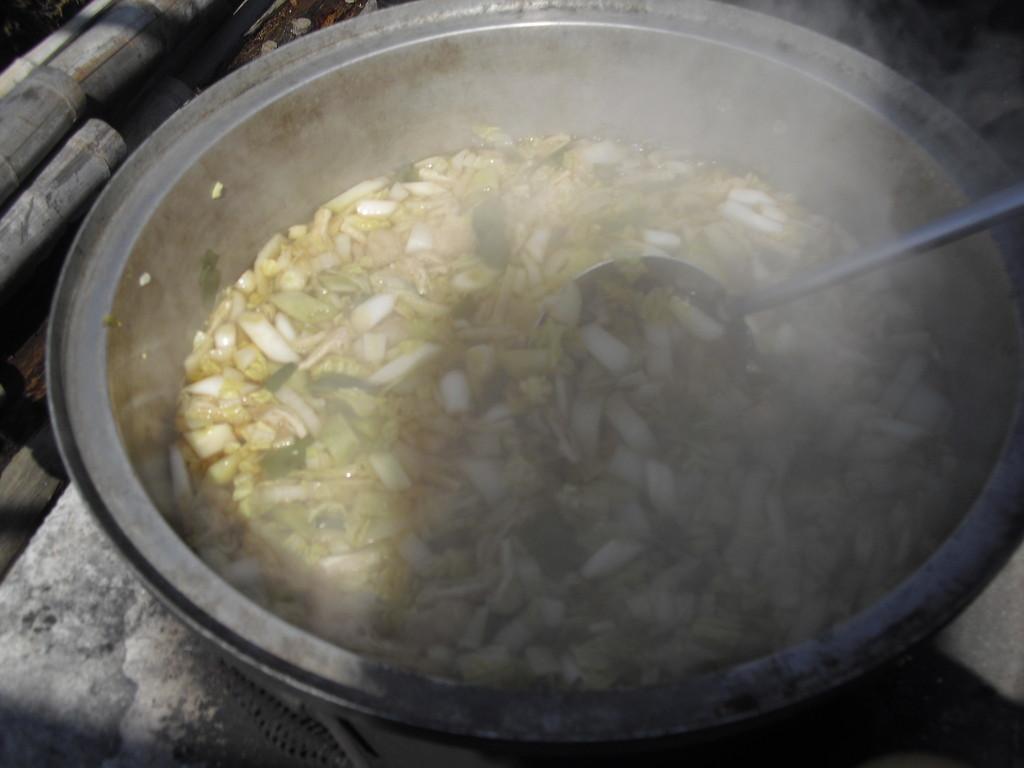 うどんの汁には油揚げや根ぶか、白菜などを入れたシンプルなもの。
