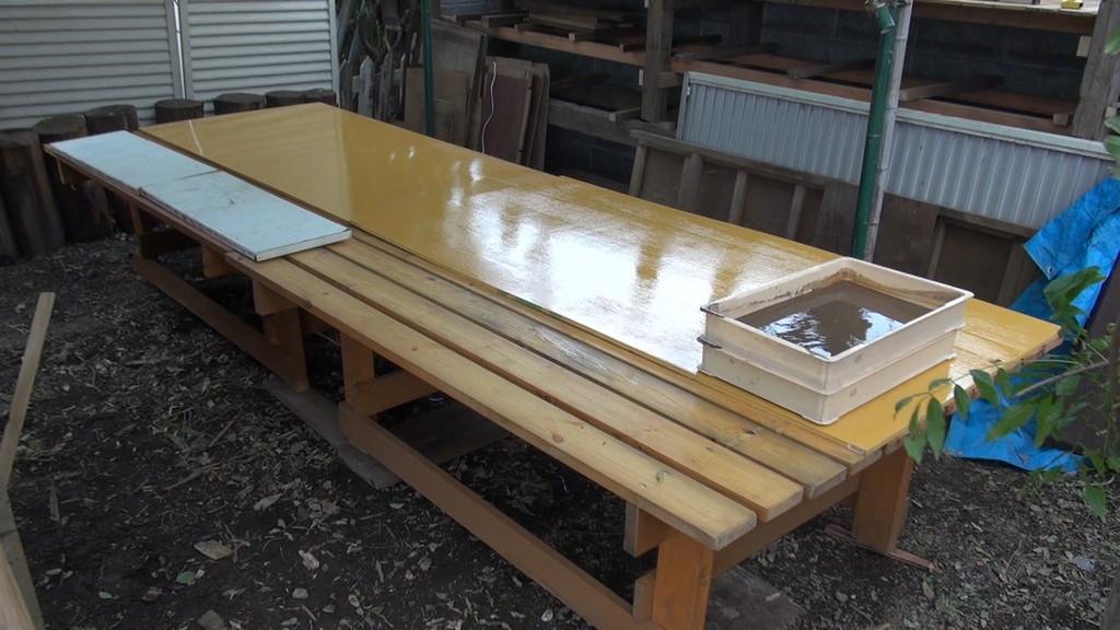 さて、藤棚ダイニング復活!!でも、今日はこのテーブル、粘土つくりに使用します。