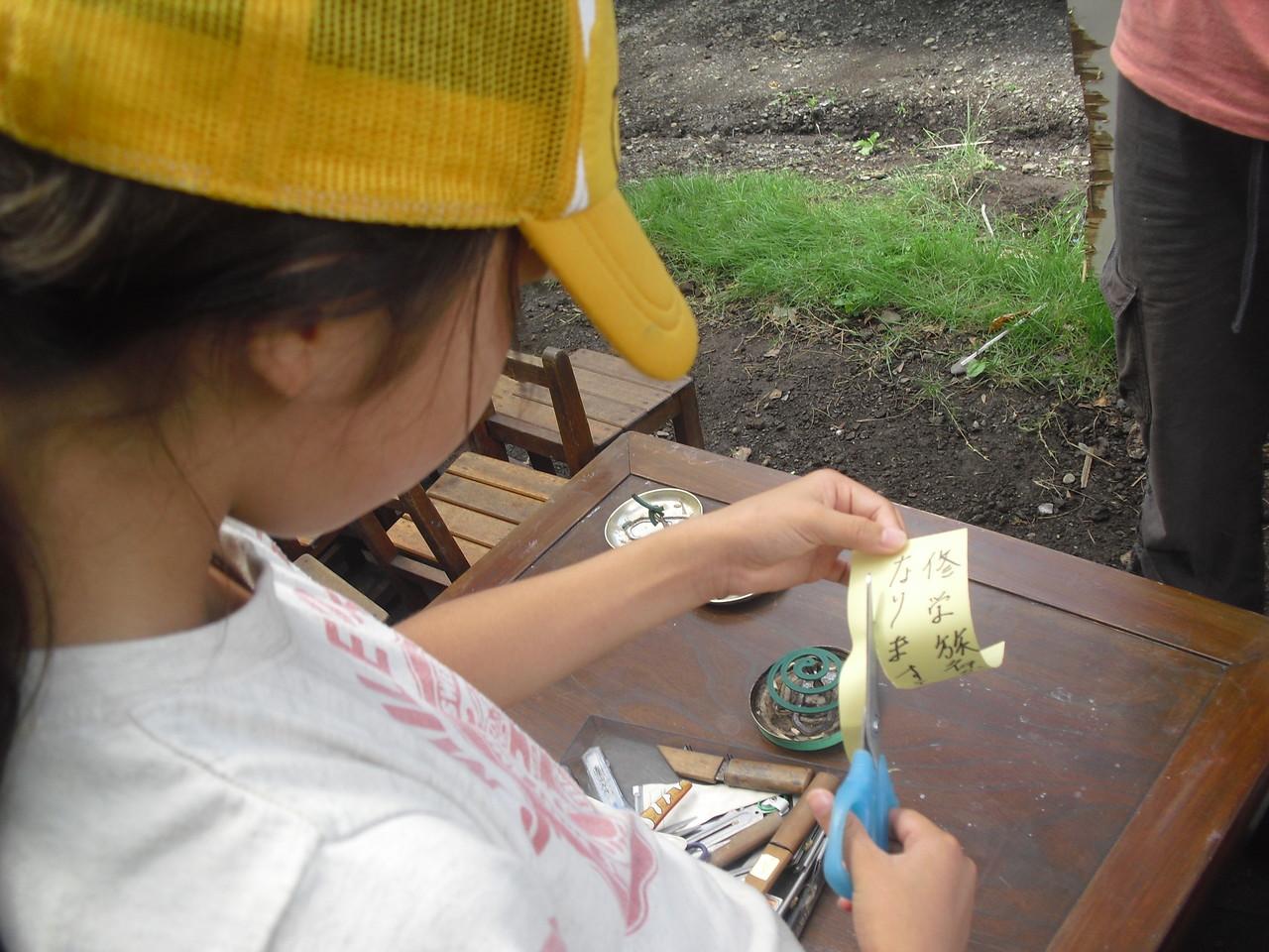 その後、七夕飾りをみんなで作り、竹に飾っていきます。