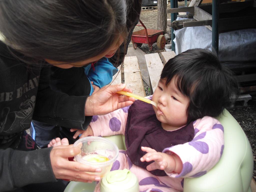 子ども達に食べさせてもらって、未空も嬉しそうです。