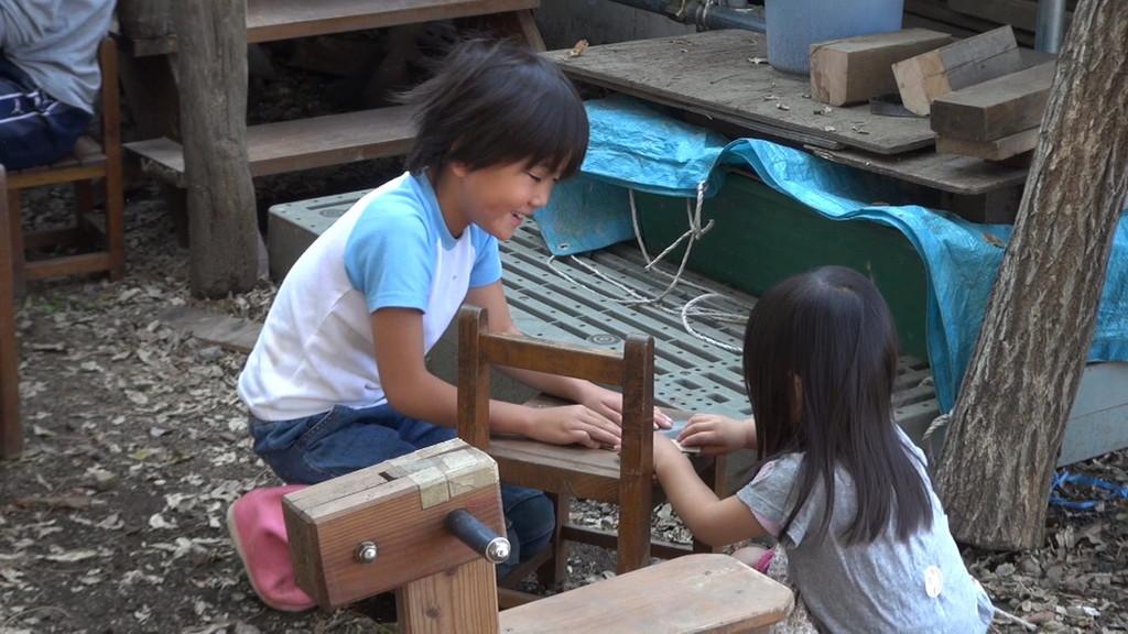 小さなお友達も、お姉さんに手伝ってもらって一生懸命削ります♪
