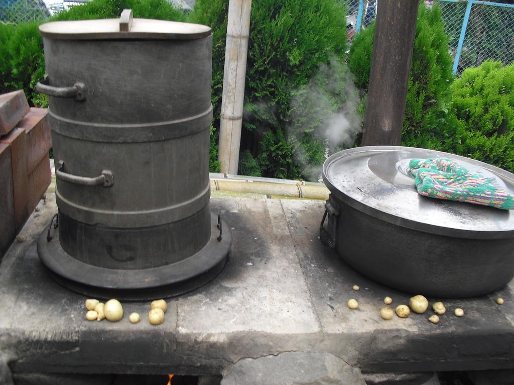 左のかまどでは、ジャガイモを蒸かしています。