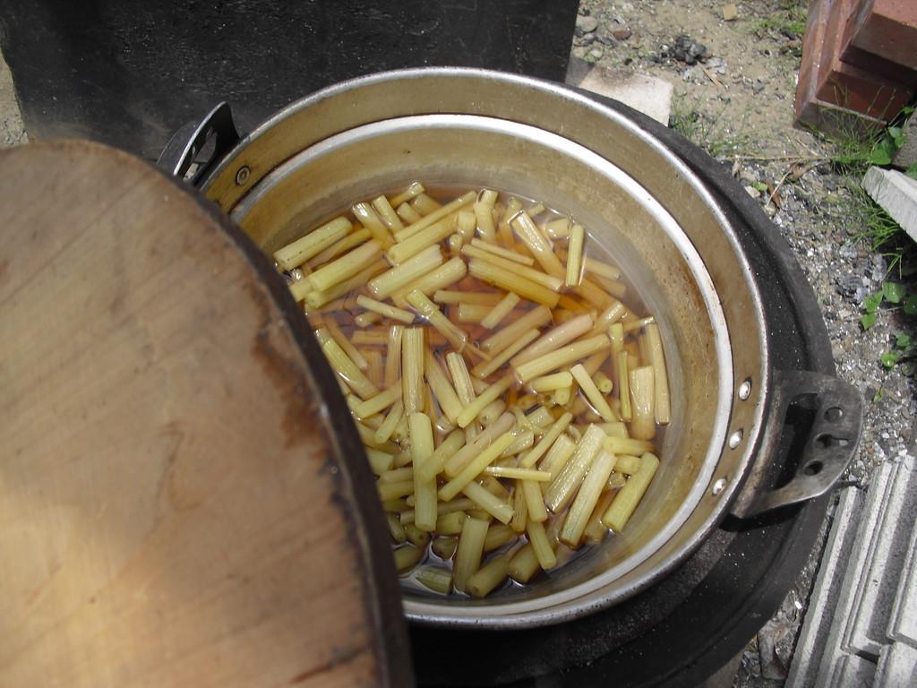 切ってじっくり煮ました。ふきは苦みがあるけど、春の苦みは体を強くするから、食べてみようね!
