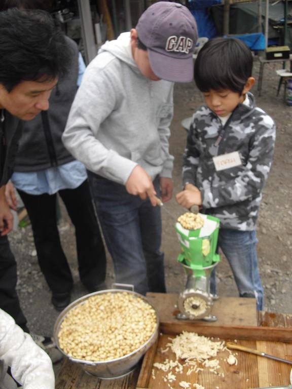 その大豆をミンチの機械にいれてつぶしていきます。