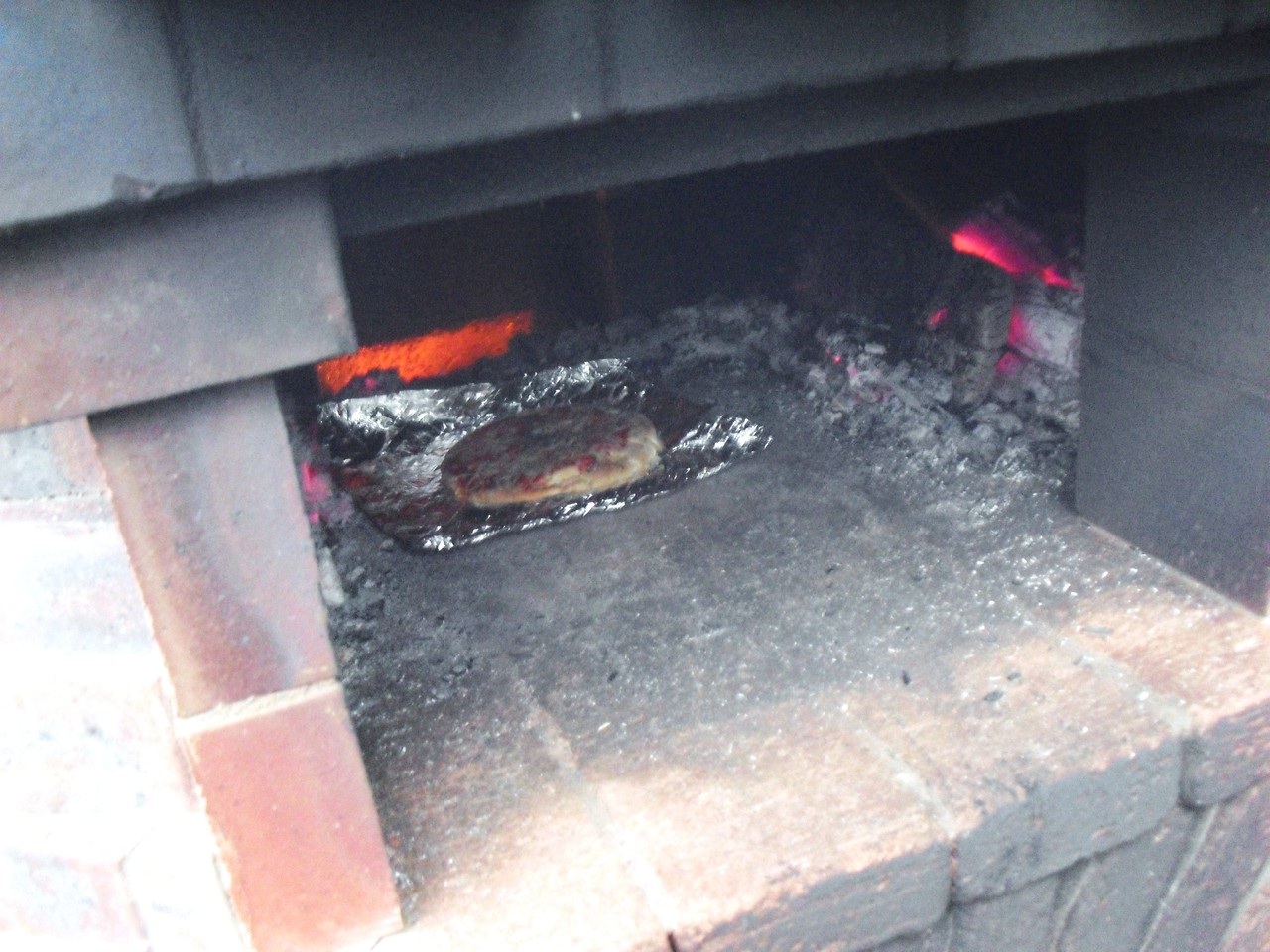お試しでピザを焼いてみました!!!焼ける温度に上げるまでかなりの時間燃やし続け、実際にピザを入れてからはものの数分で焼けちゃいました!