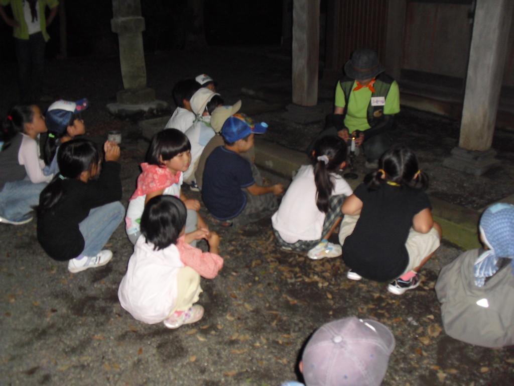 夜は近くのお宮さん(神明塚古墳)へ行って活動しました。まずは、「お話しの国」へ行って聞いた蝉のお話。