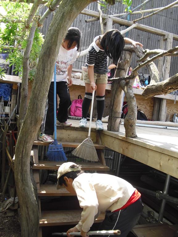 こちらは去年作った高床式活動場とテーブル&椅子に防腐剤を塗ります。その前に汚れを取り除きます。