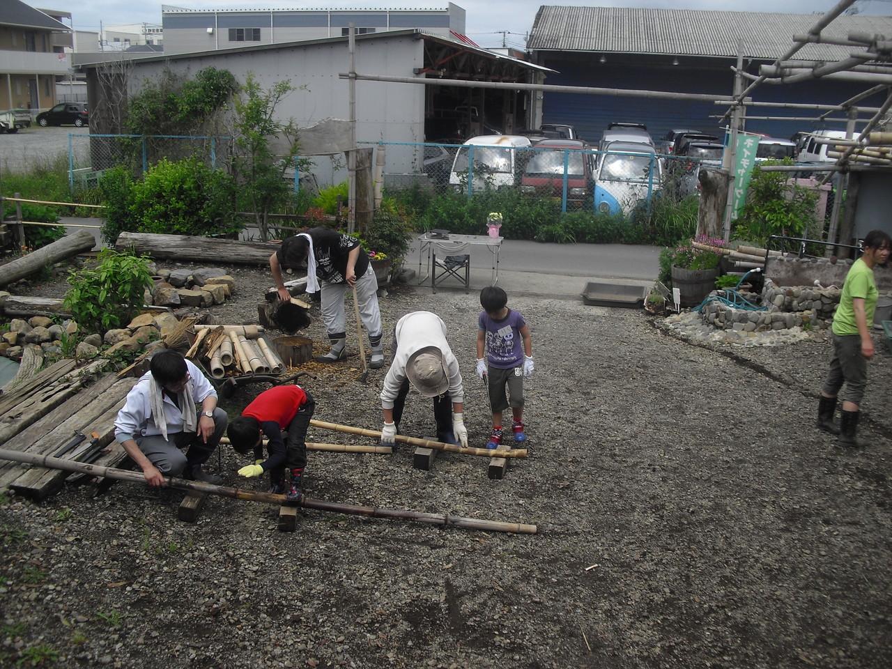 のこぎりを初めて使ったというお友達も、上手に竹を切ってくれていました。