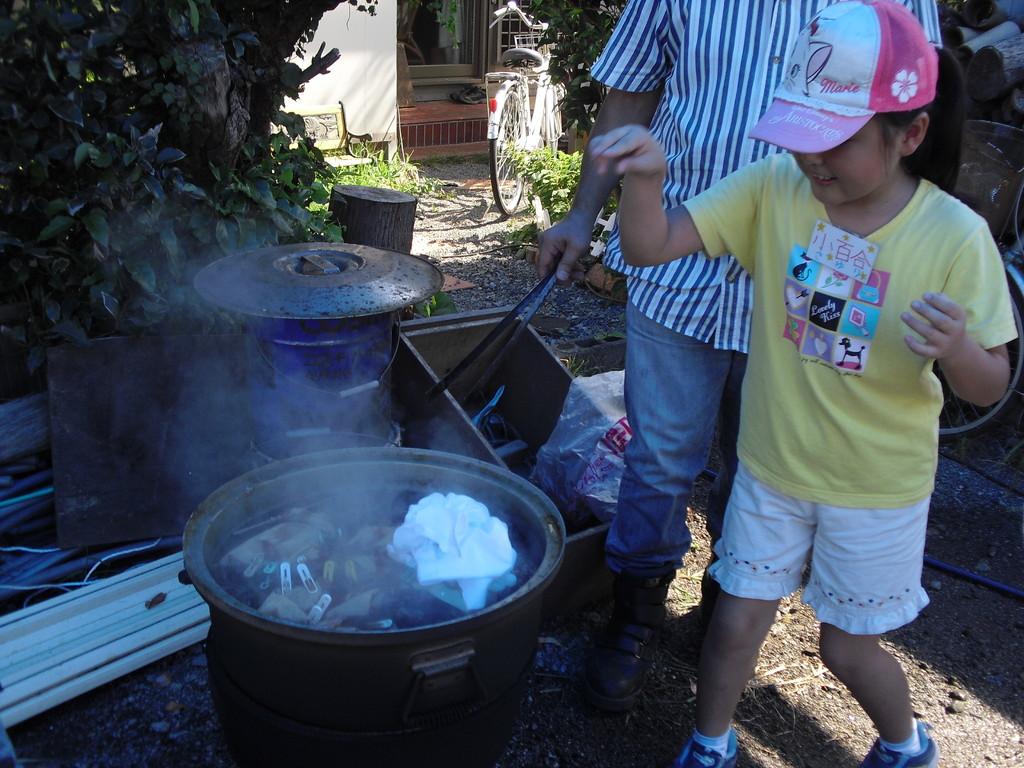 絞った布は玉ねぎの皮をぐつぐつ煮た鍋に入れます。