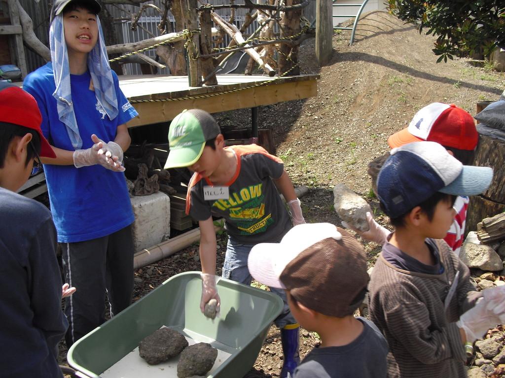 こちらは、小川作り用の石を水道まで運んでいます。