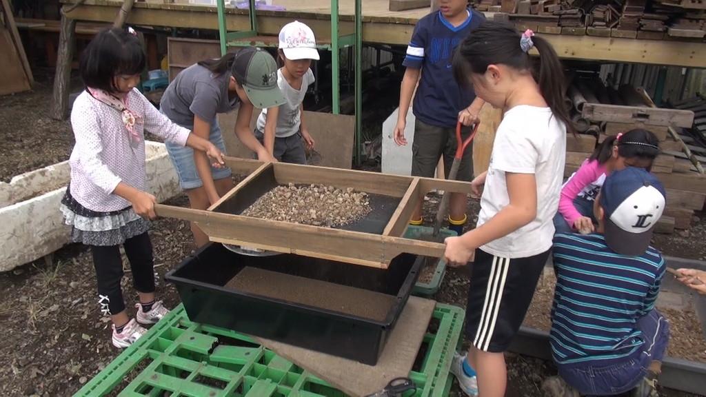 久松さんの指導の下、ふじさんが作ったふるいで砂を細かくし、
