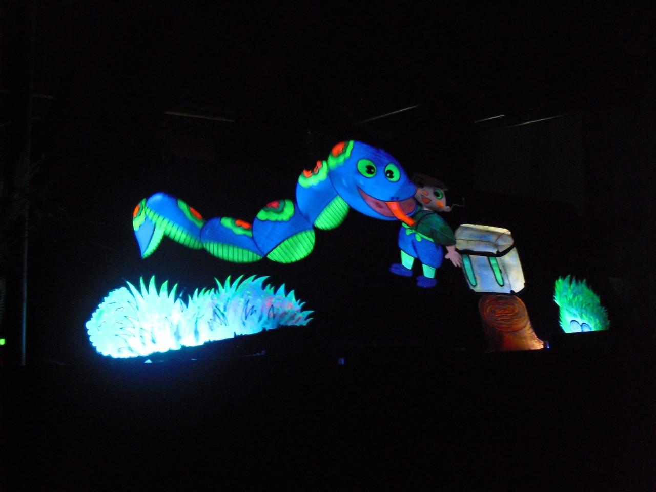 では、クライマックスのブラックライトシアター「たのきゅうと大蛇」です!