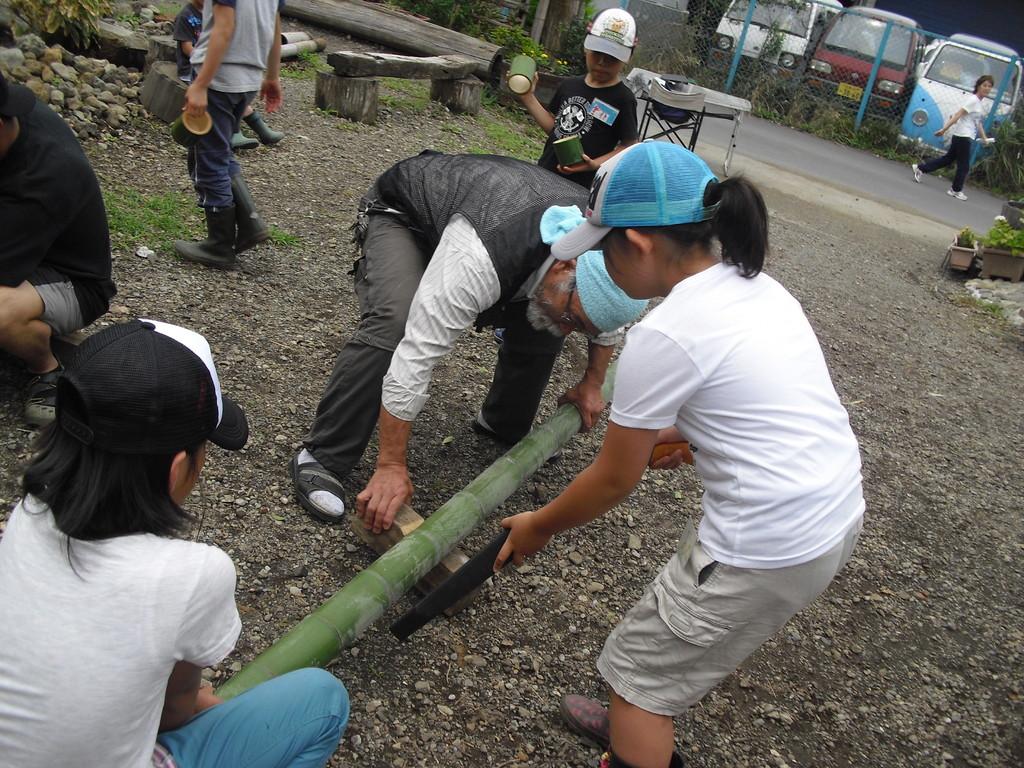 こちらでは、恒例の竹椀作り。
