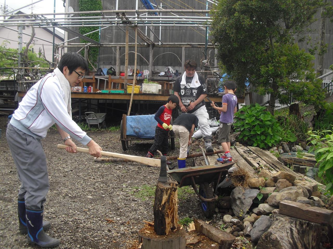 今日はお父さんがお二人お手伝いで残ってくださったので、薪割りのコーナーを担当していただきました。