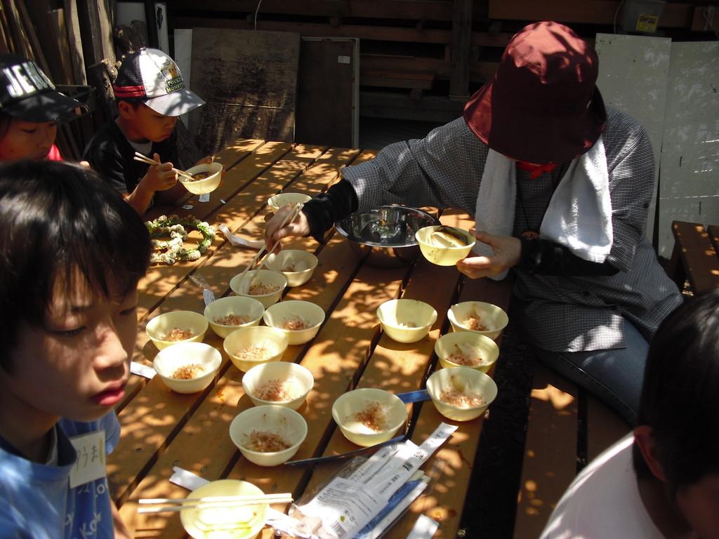 水にさらしたオニオンスライスに醤油と鰹節をかけて食べました。みんなに大人気!