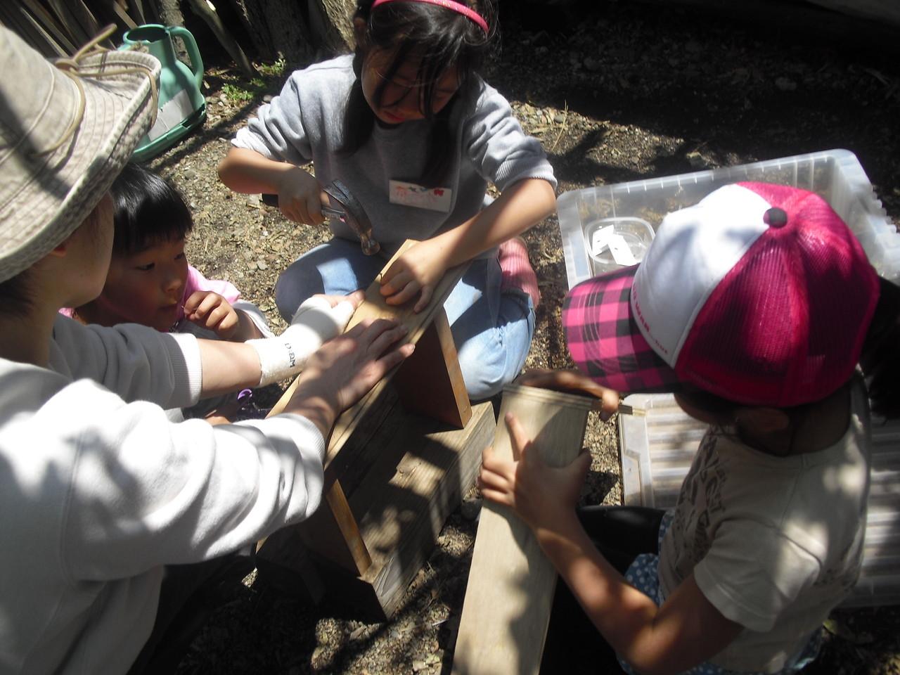 ここでは、小さな家を作りたいというので、気に入った木材を選んでスタッフに手伝ってもらいながら作っています。