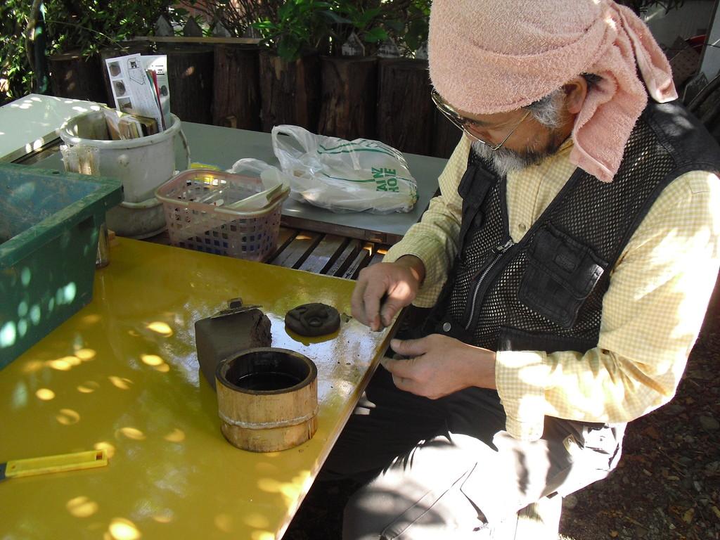 まだ粘りも少なく、焼き物用の粘土には遠いのですが、みんなで試作品を作ってみました。