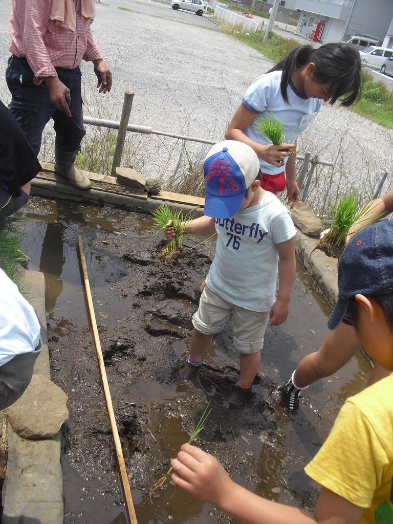 うわぁ!足が泥に埋もれて上がらない!!!