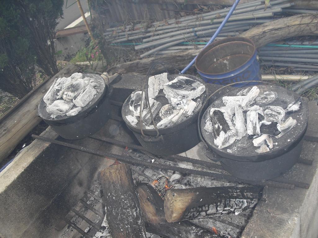 集まったダッチオーブンは全部で8つ♪ 焼く準備を始めます。