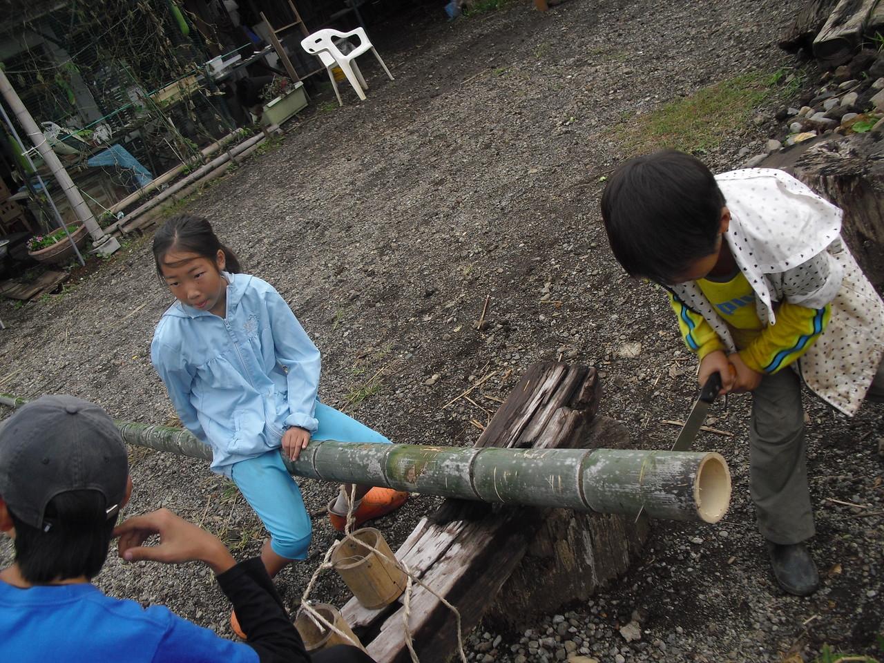 官ぽっくりが作りたくなったということで、竹を切り始めました。1年生のキミ、のこぎりも自分一人でちゃんと使って、切ることができるようになったね。
