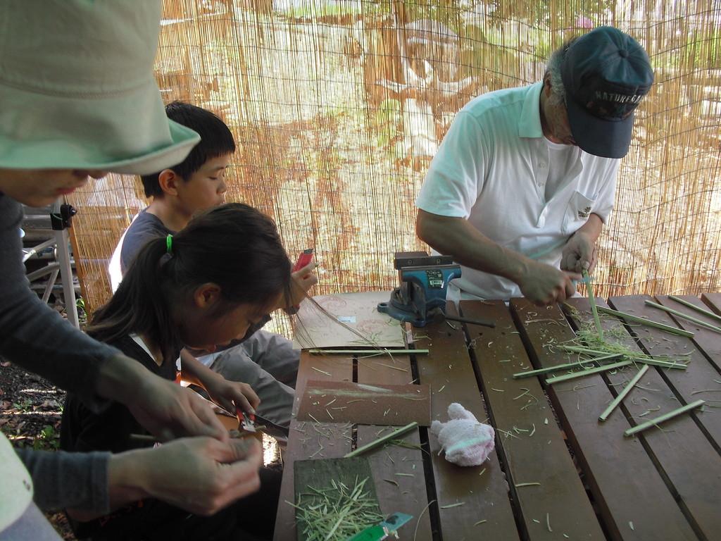 その後カッターや小刀で箸の太さに削っていきます。