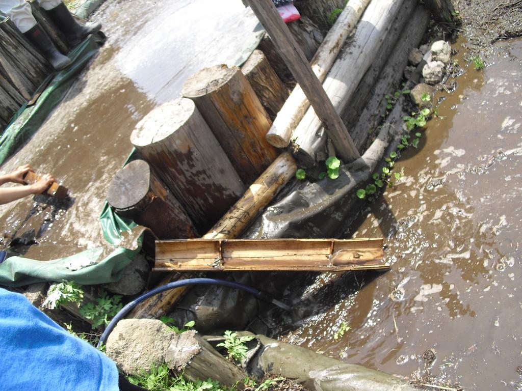 竹を使って溢れた水が2段目・3段目にいくようにします。