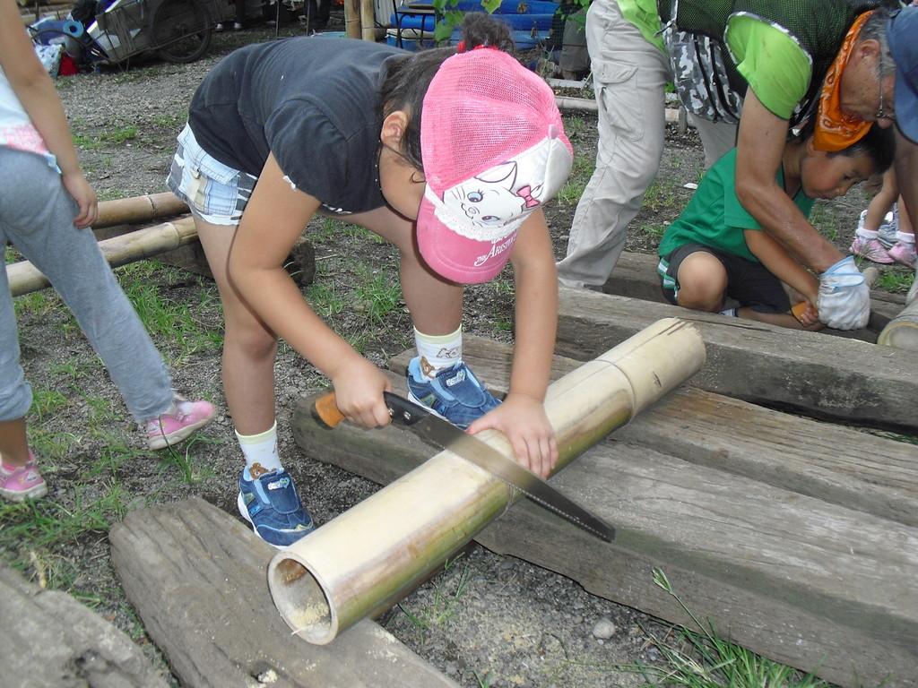 底の台の部分を竹で作ります。