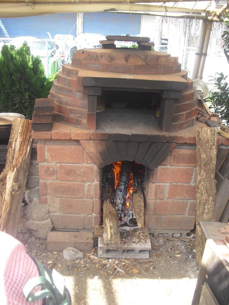 ピザ窯は朝から火を焚き続け、窯内の温度をどんどんあげて、もう焼く準備ばっちりです!