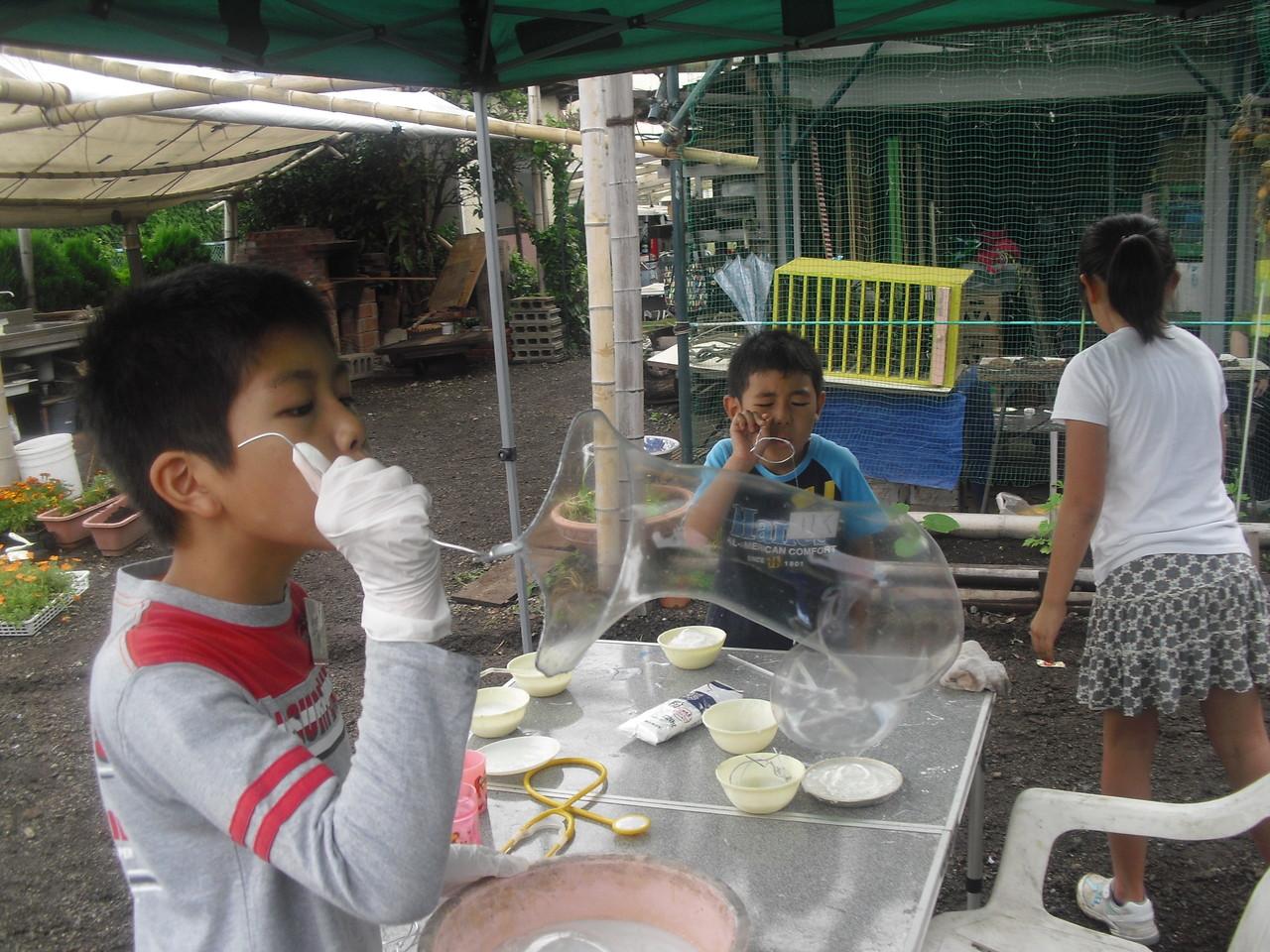 すごい!!みんな大きく膨らむように自分で調節して液体を作っています。この作業が実はふくらますこと以上に子どもたちにとっては楽しかったりするんですよね~。