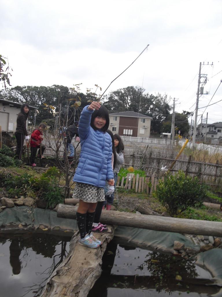 お芋のくずを釣竿につけて池の生き物を釣ろうとしています(笑)