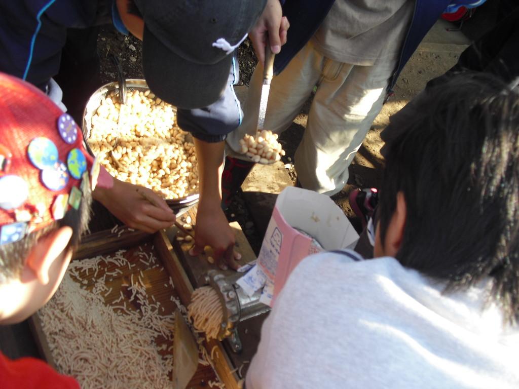 ゆでた大豆はミンチなどを作る機械で、つぶしていきます。