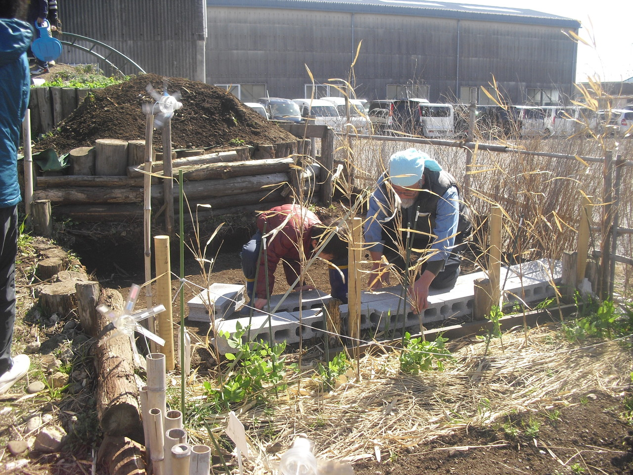 棚田では、土の下にブロックを敷き詰めています。その上にビニールシートを敷き、また土を入れ元の棚田になおします。